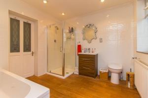 Four piece bathroom suite of Pinewood Avenue, Leigh-on-Sea, Essex