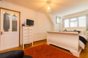 Bedroom One of Pinewood Avenue, Leigh-on-Sea, Essex